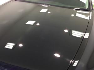 3mの距離からボディを照明で照らし、クォリティの高い鏡面加工を完成させます