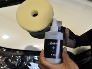 塗装に近い樹脂で洗車キズを埋める